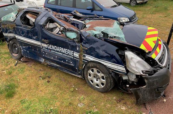 un véhicule de gendarmerie pulvérisé